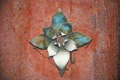 De bloem van het metaal op roestig metaal royalty-vrije stock afbeelding