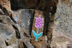 De bloem verdrinkt op de rots Stock Afbeeldingen