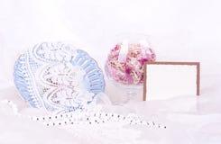 De bloemblaadjes van bloemen in glas, uitstekende plaat royalty-vrije stock afbeeldingen