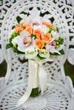 De bloemboeket van het huwelijk op een witte tuinstoel Royalty-vrije Stock Afbeelding