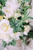 De bloemboeket van de huwelijks bloemendecoratie met groen stock fotografie