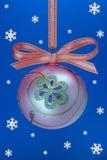 De bloembol van Kerstmis met snoweflakes. Stock Afbeeldingen