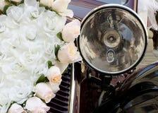 De bloemdecoratie van de huwelijksauto Stock Foto