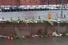 De bloemen dichtbij een plaats van moord van de politicus Boris Nemtsov en de auto die van politie het Kremlin beschermen vanaf m royalty-vrije stock afbeeldingen