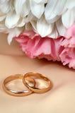 De bloemen en de ringen van het huwelijk Stock Foto's