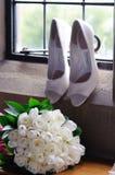 De bloemen en de schoenen van bruiden royalty-vrije stock afbeelding