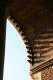 De bloemen en geometrische patronen werden gebeeldhouwd op intrados van een boog in Qutb minar in New Delhi (India) Stock Fotografie