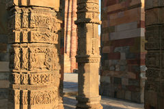 De bloemen en geometrische patronen werden gebeeldhouwd op pijlers in Qutb minar in New Delhi (India) Stock Afbeeldingen