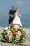 De bloemen en het paar van het huwelijk stock foto's