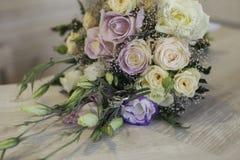 De bloemen en de ringen van het huwelijk royalty-vrije stock foto's