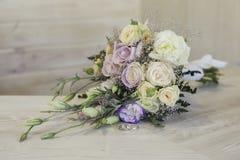 De bloemen en de ringen van het huwelijk stock afbeelding
