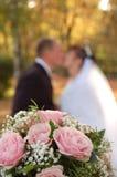De bloemen, fiancee en fiance van huwelijken stock foto