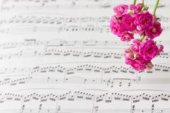 De bloemen op muziek neemt nota van blad, abstracte kunstachtergrond. Stock Foto