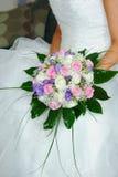 De bloemen van bruiden die door bruid worden gehouden stock afbeelding