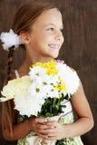 De bloemen van de kindholding Royalty-vrije Stock Afbeeldingen