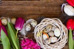 De bloemen van de lente met paaseieren stock afbeelding