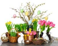 De bloemen van de lente met Pasen konijntje en eierendecoratie Stock Fotografie