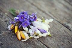 De bloemen van de lente op houten lijst Royalty-vrije Stock Afbeelding