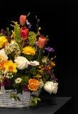 De bloemen van de lente in rieten mand Royalty-vrije Stock Foto