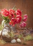 De bloemen van de tulp en paaseieren stock foto