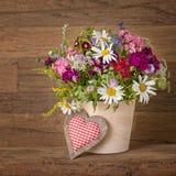 De bloemen van de zomer in vaas Royalty-vrije Stock Afbeeldingen