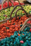 De bloemen van Dryed in manden, diverse kleuren van pottenpourri Royalty-vrije Stock Afbeeldingen