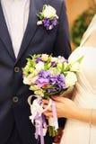 De bloemen van het huwelijk in handen Royalty-vrije Stock Foto's