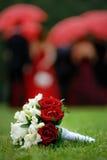 De bloemen van het huwelijk op het gras Stock Afbeelding
