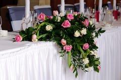 De bloemen van het huwelijk op hoofdlijst stock afbeeldingen