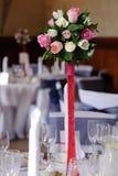 De bloemen van het huwelijk op rode tribune Royalty-vrije Stock Fotografie