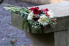 De bloemen van het huwelijksvoorstel verlaten op steen over vakantieseizoen Royalty-vrije Stock Afbeelding