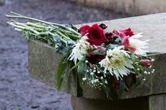 De bloemen van het huwelijksvoorstel verlaten op steen over vakantieseizoen Stock Fotografie