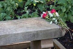 De bloemen van het huwelijksvoorstel verlaten op steen over vakantieseizoen Royalty-vrije Stock Foto's
