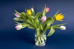 De bloemen van Pasen en van de lente in een kom stock fotografie