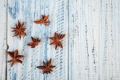 De bloemen van de steranijsplant op houten lijst stock fotografie