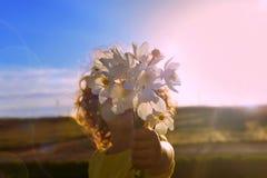 De bloemen van de zomer De bloemen van de zomer Een boeket van wildflowers in de handen van een klein meisje royalty-vrije stock afbeelding