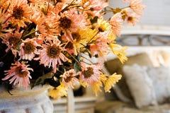 De bloemen in woonkamer Stock Fotografie