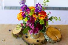 De bloemenbelangrijkste voorwerpen van de Huwelijksontvangst Stock Foto's