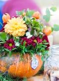 De bloemenregeling van de de herfstpompoen stock fotografie