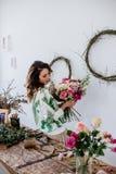 De bloemist maakt een boeket royalty-vrije stock foto