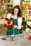 De bloemist van de vrouw het werk de markt van bloemenrozen het maken Stock Foto's