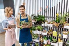 De bloemisten met digitale tablet in bloem winkelen Royalty-vrije Stock Foto