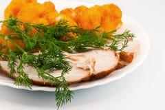 De bloemkool van Rosted met chiken vlees en dille Stock Foto's
