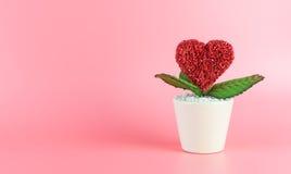 De bloempot van de hartliefde op roze Stock Afbeeldingen