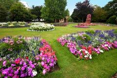 De bloemtuin van Manicured met kleurrijke azalea's. Stock Afbeelding