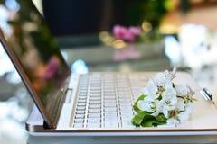 De bloesems van de kersenboom op wit toetsenbord De lente in bureau Stock Fotografie