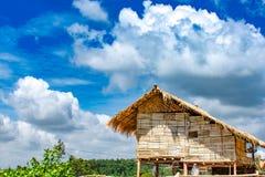 De blokhuizen met materialen worden gebouwd zijn natuurlijke en duidelijke hemel die royalty-vrije stock foto
