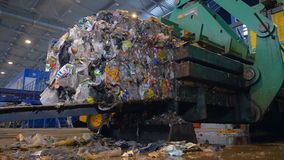 De blokken van afval worden bij een recyclingsinstallatie die worden gestapeld Timelapse stock footage