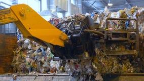 De blokken van de machinelading van afval bij een recyclingsinstallatie stock videobeelden
