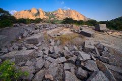 De blokken van de steen in Savandurga Stock Afbeeldingen